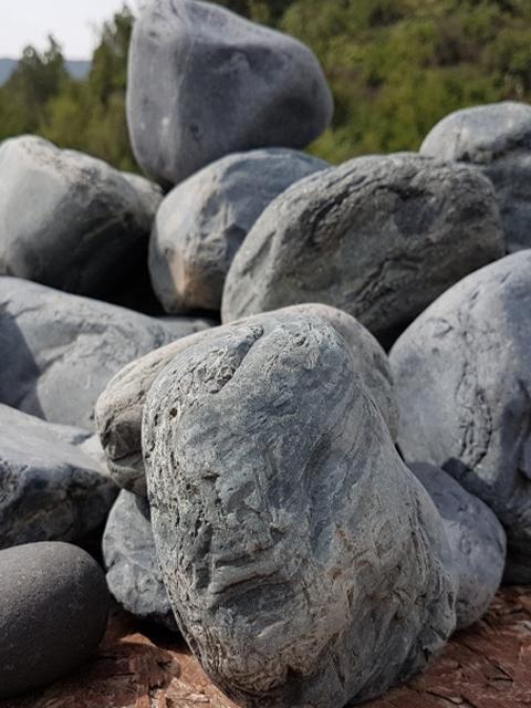 Piedra de río negra
